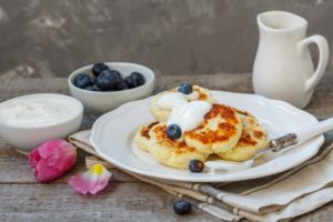 Сырники на накрытом к завтраку столе