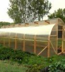 Арочная теплица из дерева и поликарбоната с функциональной крышей