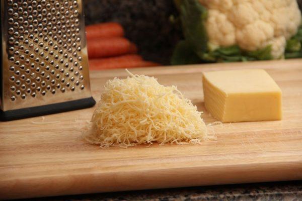 Тёртый сыр рядом с тёркой