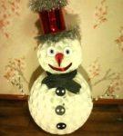 Забавный снеговик в цилиндре