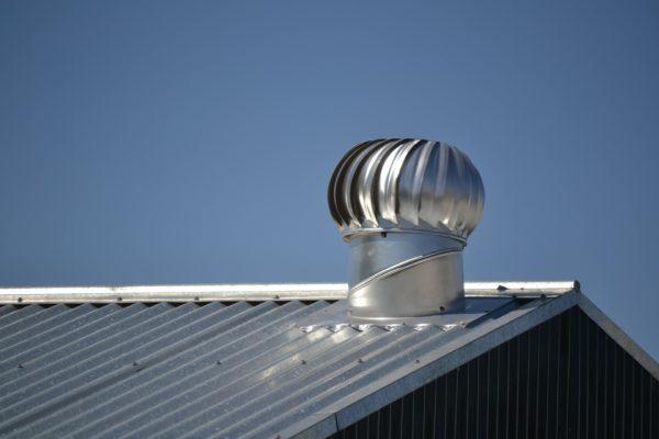 Вентиляционный дефлектор на крыше коровника