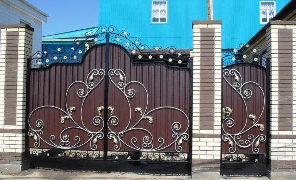 Ворота распашные с элеметами ковки