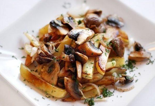 Жареные грибы с картофелем на тарелке