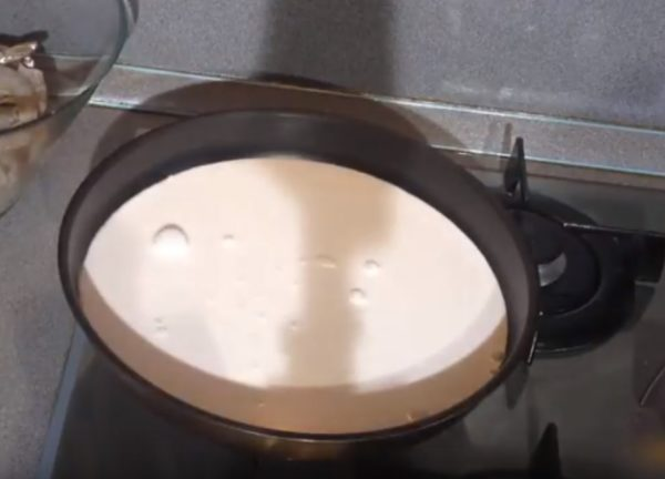 Ёмкость с молоком на плите