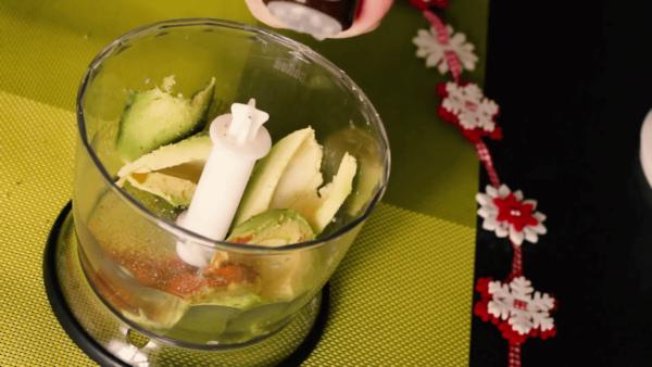 Чаша блендера с авокадо
