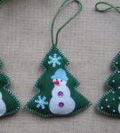 Фетровые елки с аппликацией снеговиками