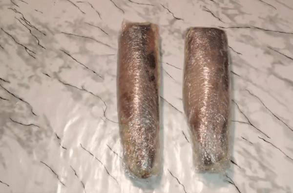 Филе сельди с начинкой в пищевой пленке