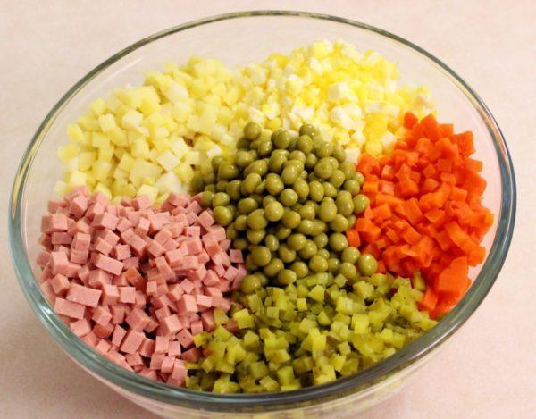 Ингредиенты для оливье в салатнике