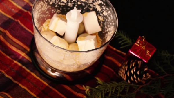Ингредиенты для сырных шариков с чаше блендера