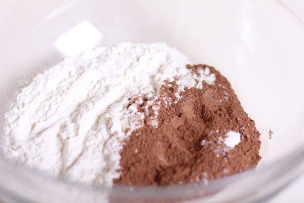 Смешивание какао-порошка с белой массой