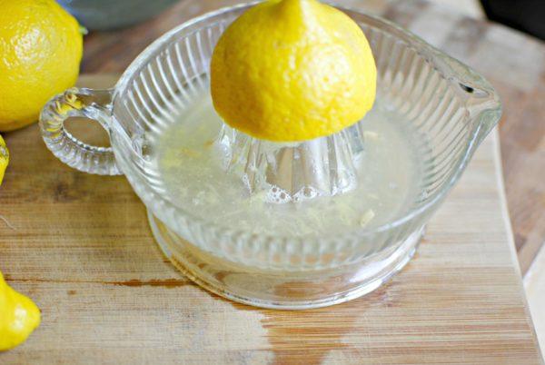 Из лимона выжимают сок