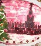 Кремль и елка, изображенные на салате