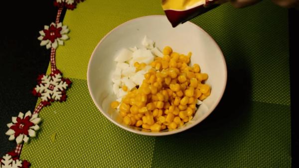 Кукуруза, белки и крабовые палочки в миске