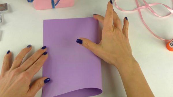 Лист бумаги, сложенный пополам