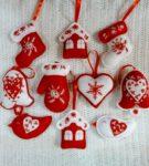 Маленькие игрушки из фетра белого и красного цветов