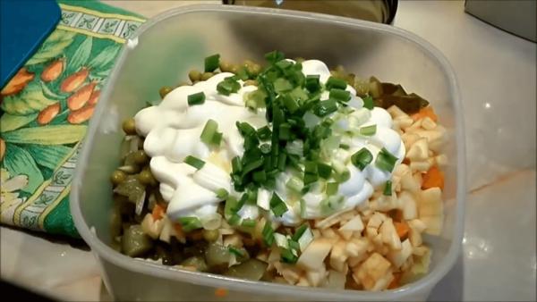 Майонез и зелёный лук в салате