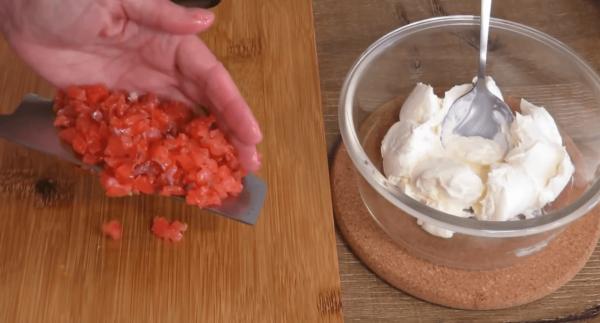 Мягкий сыр и нарезанная красная рыба