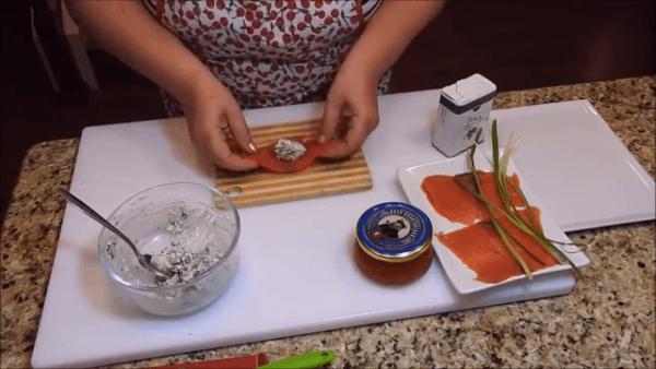 Начинка из зелени с сыром на кусочке красной рыбы