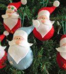 Небольшие ёлочные игрушки в виде Деда Мороза