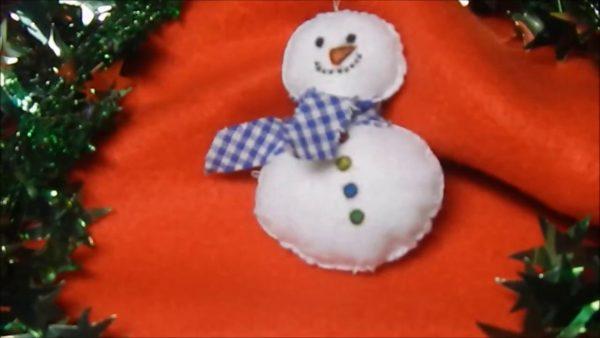 Новогодний снеговик из фетра