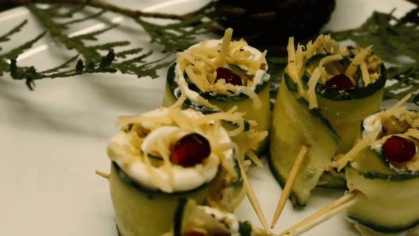 Огуречные роллы с начинкой из сыра и орехов
