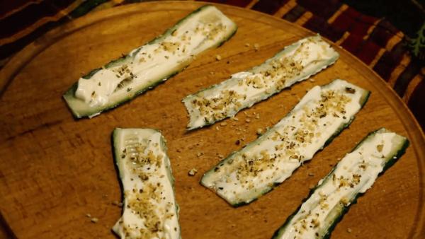 Огуречные слайсы с ореховой начинкой