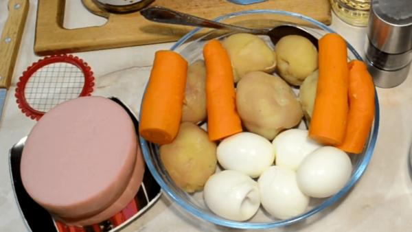 Отварные овощи, яйца и колбаса для Оливье
