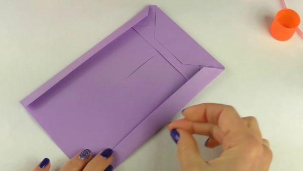 Пакет и фиолетовой бумаги
