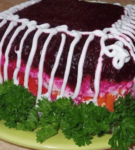 Подача селедки под шубой в виде торта