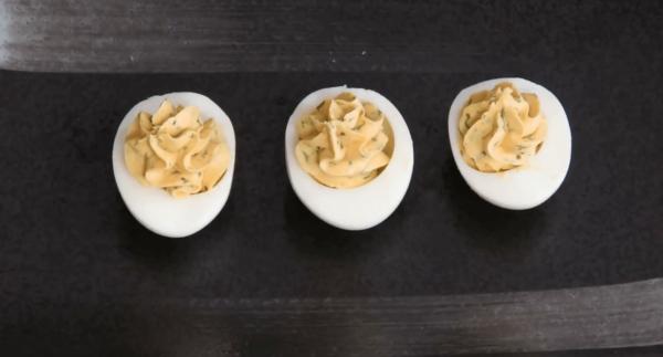 Половинки яиц с начинкой из желтков и сыра