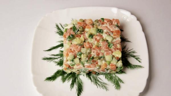 Порция салата Оливье на тарелке