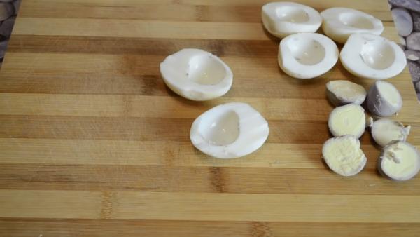 Разделенные белки и желтки яиц