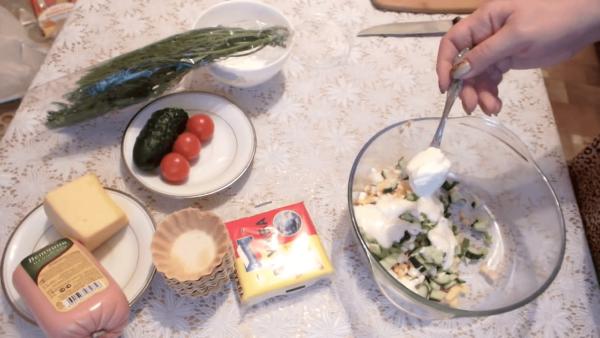 Салат из ветчины, яйца и сыра с майонезом