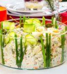 Салат Оливье в прозрачном салатнике