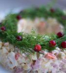 Салат Оливье в виде кольца на тарелке