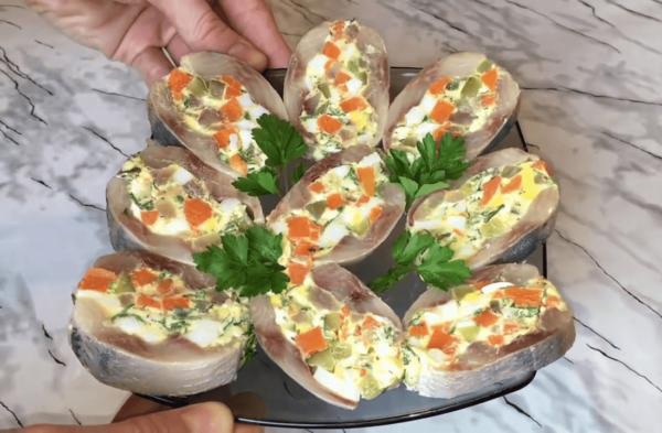 Сельдь, фаршированная отварными овощами и сыром