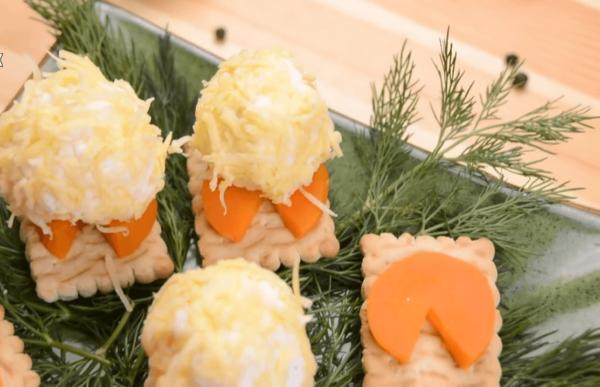 Шарики из сырной массы на крекере