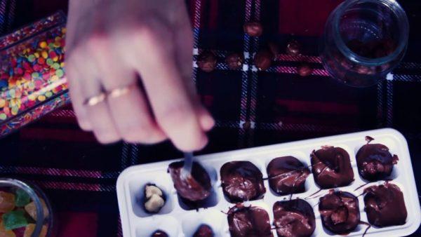 Шоколад в форме для льда