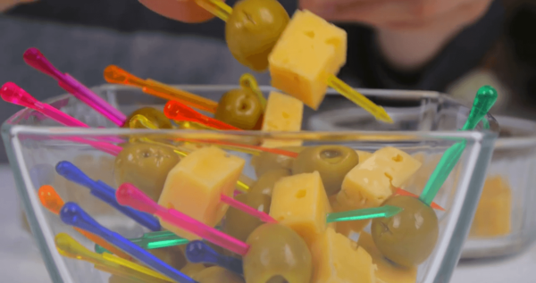 Шпажка с оливками и сыром