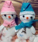 Снеговики с шарфами и колпаками