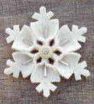 Снежинка из белого фетра
