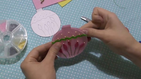 Украшение фетровой елочной игрушки