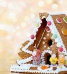 Яркий пряничный домик, украшенный конфетами