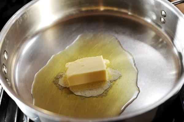 Сливочное масло в сотейнике