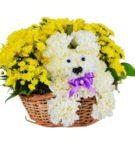Белая собачка из цветов в корзинке с жёлтыми цветочками