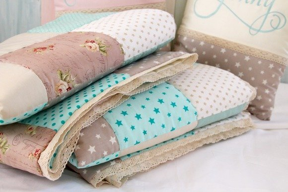 Бежево-голубой текстиль: покрывало, подушки