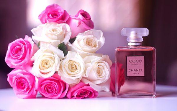 Букет бело-розовых роз и флакон духов Шанель Мадемуазель