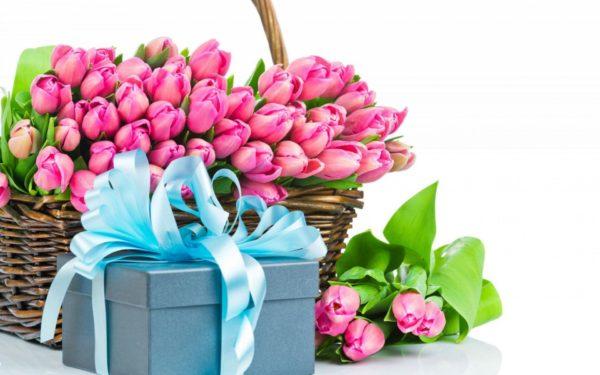 Букет розовых тюльпанов в корзине и синяя коробка, перевязанная голубым бантом
