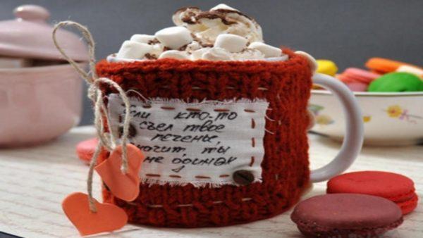 Чашка с маршмеллоу в свитере