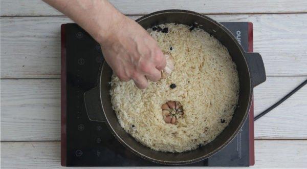 Головки чеснока в рисовой крупе